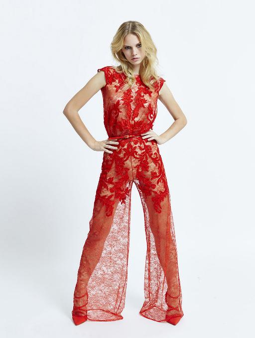 Во всех моделях ярко выражена высокая талия, очень нарядно выглядит сочетание красного и белого цветов